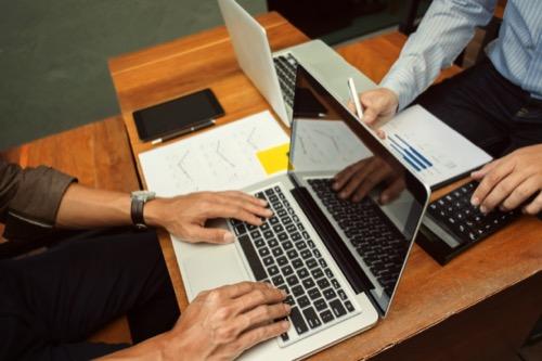 Marketingmanager am Schreibtisch