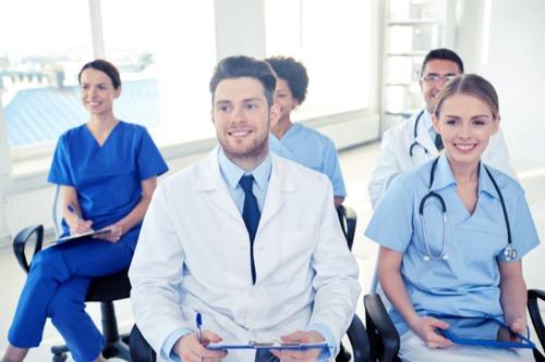 Mediziner bei einem Vortrag