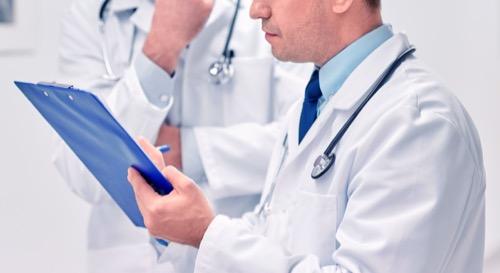 Mediziner und Assistent